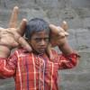 À 8 ans, ce jeune indien possède d'immenses mains de 8 kilos. (VIDÉO)