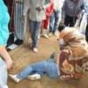 Une femme explose de colère et renvoie un agent du bureau 2 au tapis