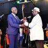 Musique : Lutumba Simaro met fin à sa carrière musicale et remet sa guitare au président Kabila