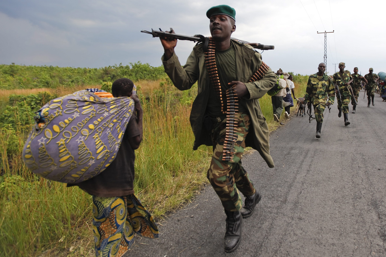 Image: Rsidents flee the rebel-held town of Sake as fighting intensifies