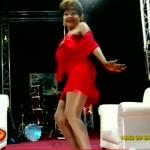Mbilia Bel démontre qu'elle peut toujours bouger ses hanches….Regardez!