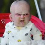 Un bébé démoniaque fait peur aux passants à New York (VIDÉO)