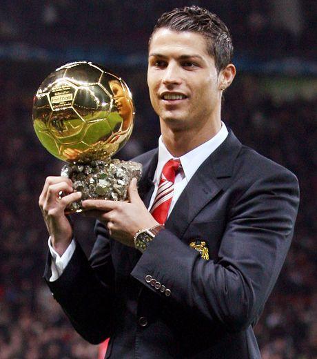 ballon-d-or-2008-cristiano-ronaldo-apres-une-saison-pleine-a-manchester-united-cr7-remporte-son-premier-ballon-d-or_66492_w460