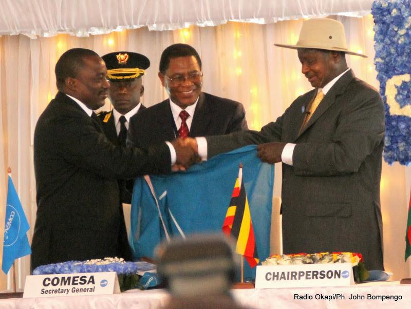 Passation du pouvoir entre le chef de l'Etat congolais, Joseph Kabila(gauche) et son homologue ougandais, Yoweri Museveni (droite) le 26/02/2014 à Kinshasa, lors de l'ouverture du 17e sommet de la conférence des chefs d'Etat et de gouvernement du Marché Commun de l'Afrique Orientale et Australe (Comesa). Radio Okapi/Ph. John Bompengo