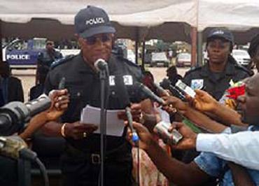 Le général Jean-François Ndengué prononçant son allocution, lors du lancement de l'opération Mbata ya bakolo