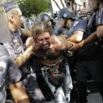 Brésil : Des protestateurs brésiliens huent leur équipe nationale après sa victoire.