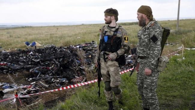 Des séparatistes pro-Russes à côté du site du crash de l'avion de la Malaysia Airlines Reuters/Maxim Zmeyev