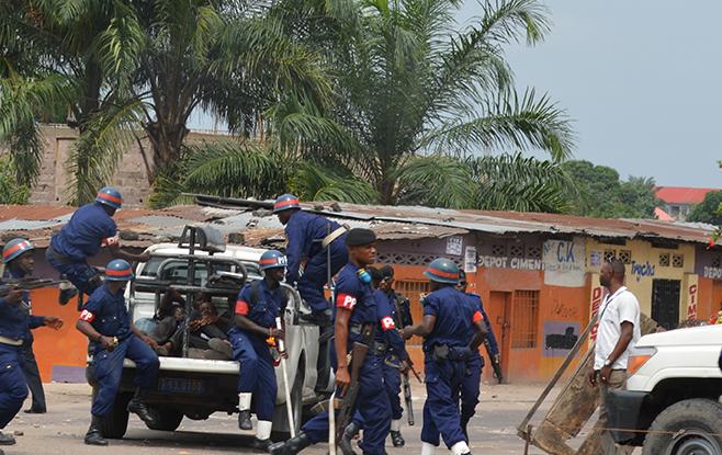 Des policiers congolais emmènent des jeunes lors de manifestations contre des propositions de changement de la loi électorale à Kinshasa, en République démocratique du Congo, le 19 janvier 2015.