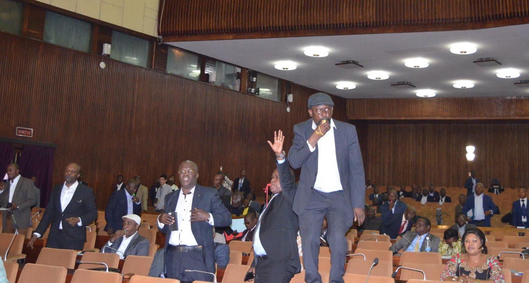 Vidéo du Bousculade entre l'Opposition et la Majorité lors de l'examen du projet de loi électorale