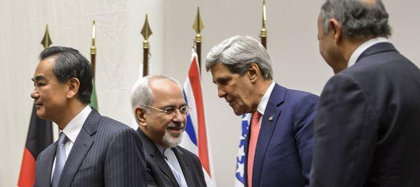 """Les grandes puissances et l'Iran ont salué l'accord historique pour contenir le programme nucléaire de Téhéran, obtenu de haute lutte dimanche à Genève mais immédiatement rejeté par Israël, ouvrant la voie à six mois de délicates tractations pour obtenir un accord """"complet"""". AFP.com/Fabrice Coffrini"""
