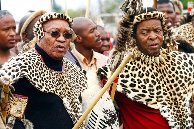 Le roi Goodwill Zwelithini (à droite), que l'on voit ici en compagnie du président sud-africain Jacob Zuma (lui-même issu de la communauté zouloue), a été accusé par la presse locale d'avoir traité les homosexuels de «pourritures». PHOTO: RAJESH JANTILAL, AFP