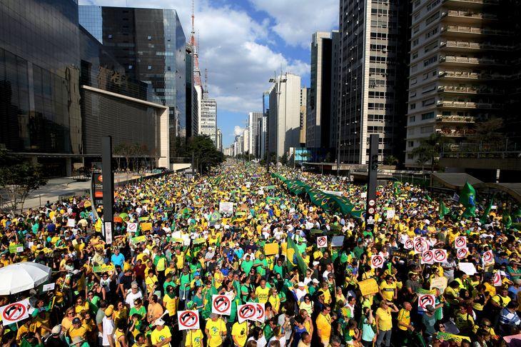 A Sao Paulo, fief de l'opposition, 350 000 personnes, selon la police, un million selon les organisateurs, ont défilé. Ici l'avenue Paulista. Crédits : PAULO WHITAKER / REUTERS