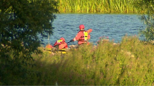 Jusqu'à 40 pompiers, dont une équipe de plongée, ont été envoyés à la réserve naturelle le mercredi