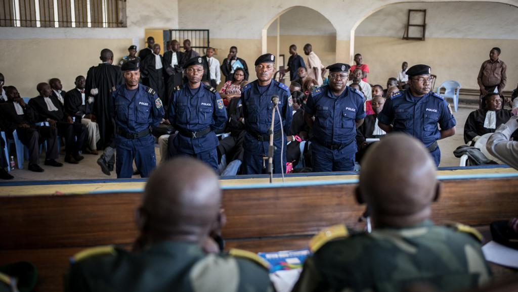 Pour les proches des victimes de l'affaire Chebeya, les policiers qui sont aujourd'hui dans le box des accusés sont des exécutants, mais pas les commanditaires, toujours en fuite.AFP PHOTO / FEDERICO SCOPPA
