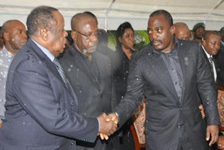 images-Kabila_salue_Mwando_Simba_aux_obseques_de_Katumba_Mwake_169924733