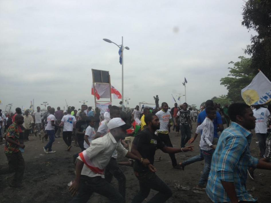 Fuite de personnes qui participaient à une manifestation politique pacifique à Kinshasa, capitale de la République démocratique du Congo, le 15 septembre 2015, lors d'une violente attaque menée par un groupe de voyous spécialement recrutés à cet effet.  © 2015 BBC