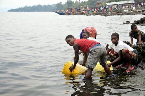 Approvisionnement en eau potable au bord du lac Kivu _ Goma _ cause de la p_nurie d'eau dans la ville. Photo MONUSCO Tony NTUMBA