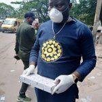 Coronavirus – Kinshasa : Bethy Pitilo offre plus de 200 cache-nez aux résidents du quartier Livulu