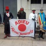 """Kinshasa : Des """"sapeurs"""" congolais ont défilés devant l'ambassade du Japon pour dire à dieu au modeliste Yamamoto"""